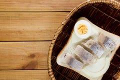 在一个柳条筐的单片三明治 库存照片
