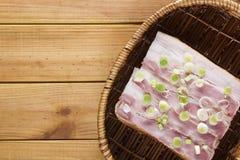 在一个柳条筐的单片三明治 免版税库存照片
