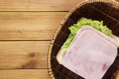在一个柳条筐的单片三明治 库存图片
