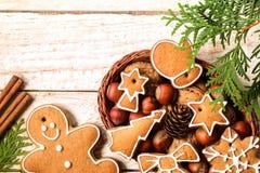 在一个柳条筐的圣诞节自创姜饼曲奇饼 库存图片