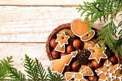 在一个柳条筐的圣诞节自创姜饼曲奇饼 库存照片