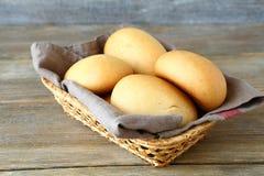 在一个柳条筐的小圆面包 库存照片
