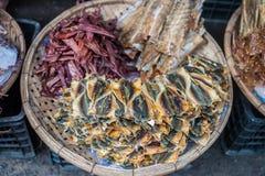 在一个柳条筐的干鱼在市场上在越南 库存图片