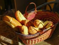 在一个柳条筐的新鲜的家制面包 库存照片