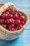 在一个柳条筐的新鲜的樱桃 库存图片