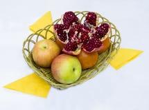 在一个柳条筐的果子 库存照片