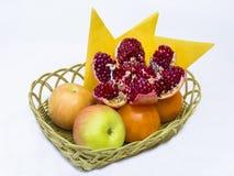 在一个柳条筐的果子 图库摄影