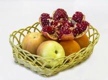 在一个柳条筐的果子 免版税库存图片