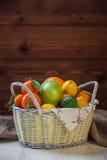 在一个柳条筐的柑橘水果 免版税图库摄影