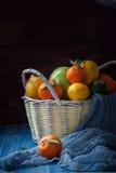 在一个柳条筐的柑橘水果 图库摄影
