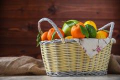 在一个柳条筐的柑橘水果 库存照片