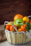 在一个柳条筐的柑橘水果 库存图片