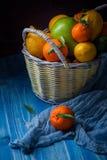 在一个柳条筐的柑橘水果 免版税库存照片