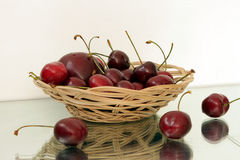 在一个柳条筐的樱桃, 图库摄影