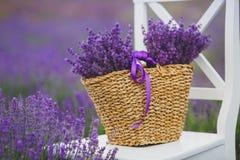在一个柳条筐的淡紫色淡紫色花 库存图片