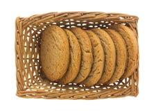 在一个柳条筐的红糖和桂香曲奇饼 免版税库存照片