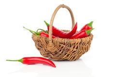 在一个柳条筐的红辣椒 免版税库存图片