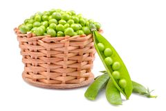 在一个柳条筐的绿豆在白色背景 查出 库存照片