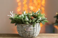 在一个柳条筐的美好的圣诞节构成在木板 假日概念的准备 花店是a 库存照片