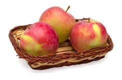 在一个柳条筐的苹果 免版税库存照片