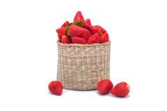 在一个柳条筐的草莓 免版税库存图片