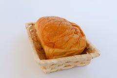在一个柳条筐的葡萄干面包 图库摄影