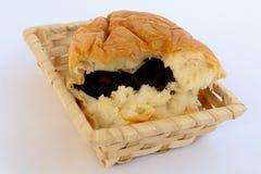 在一个柳条筐的葡萄干面包 免版税库存图片