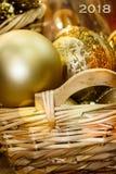 在一个柳条筐的金黄圣诞节球 免版税图库摄影