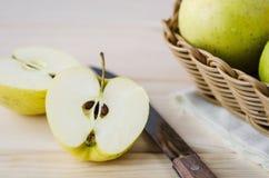 在一个柳条筐的黄色湿新鲜的苹果 免版税库存照片