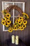 在一个柳条花圈窗口的向日葵 免版税库存图片
