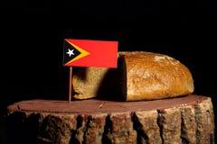 在一个树桩的东帝汶旗子用面包 库存图片