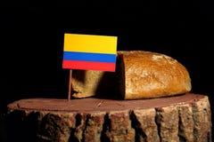 在一个树桩的哥伦比亚的旗子用面包 库存照片