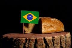 在一个树桩的巴西旗子用面包 免版税库存图片