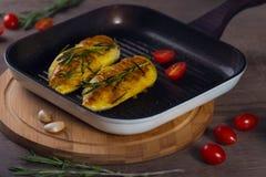 在一个格栅平底锅的鸡用蕃茄 库存照片