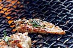 在一个格栅的烤鸡内圆角用香料和草本 在火焰状格栅的用卤汁泡的鸡胸脯与菜 健康的食物 免版税库存图片