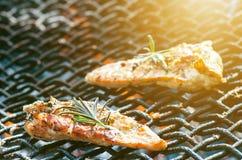 在一个格栅的烤鸡内圆角用香料和草本 在火焰状格栅的用卤汁泡的鸡胸脯与菜 健康的食物 免版税库存照片