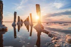 在一个桃红色盐湖,提取的一个前矿的日落  免版税库存照片