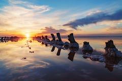 在一个桃红色盐湖,提取的一个前矿的日落  免版税库存图片