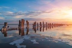 在一个桃红色盐湖,提取的一个前矿的日落  免版税图库摄影