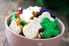 在一个桃红色碗的圣诞节曲奇饼 免版税库存照片