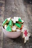 在一个桃红色碗的圣诞节曲奇饼 库存图片