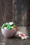 在一个桃红色碗的圣诞节曲奇饼 库存照片