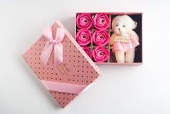 在一个桃红色箱子的礼物有在白色背景的盒盖的, 免版税图库摄影