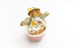 在一个桃红色篮子的复活节兔子 库存图片