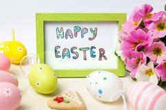 在一个框架的愉快的复活节卡片用五颜六色的鸡蛋 免版税库存图片
