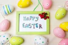 在一个框架的愉快的复活节卡片用五颜六色的鸡蛋 免版税库存照片