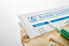 在一个棕色信封的验血报告 库存图片