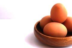 在一个棕色容器没有被剥皮并且没有被剥皮的煮沸的鸡蛋 库存照片