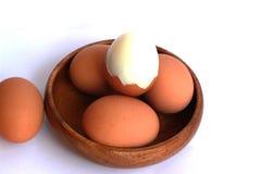在一个棕色容器没有被剥皮并且没有被剥皮的煮沸的鸡蛋 图库摄影