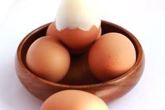 在一个棕色容器没有被剥皮并且没有被剥皮的煮沸的鸡蛋 库存图片